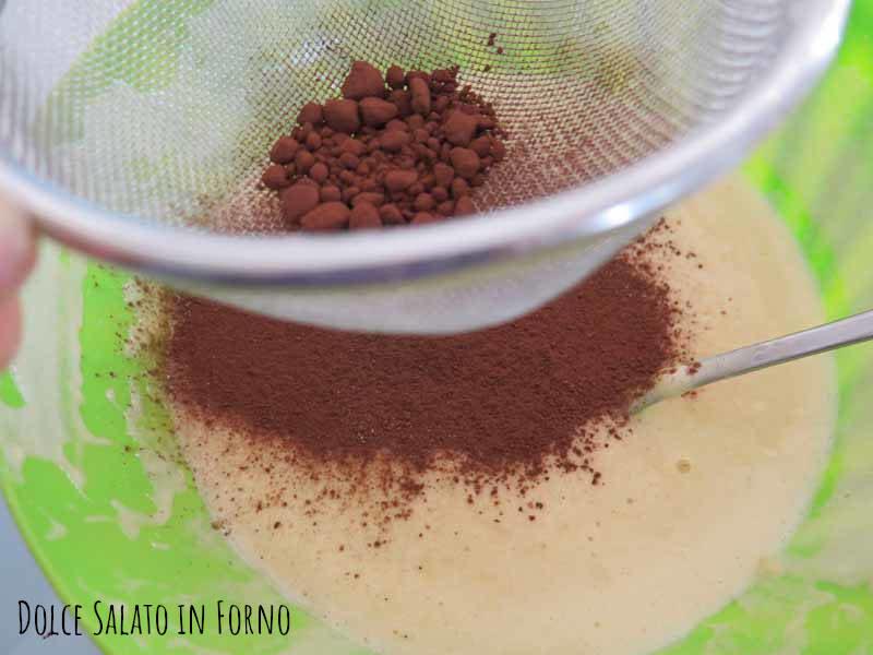Aggiungere cacao in polvere setacciato