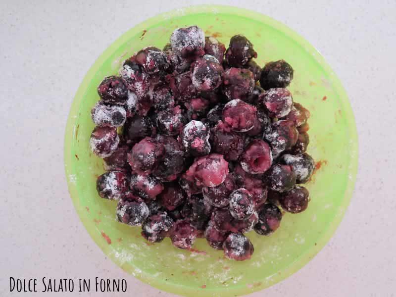 Unire zucchero, amido di mais alle ciliegie