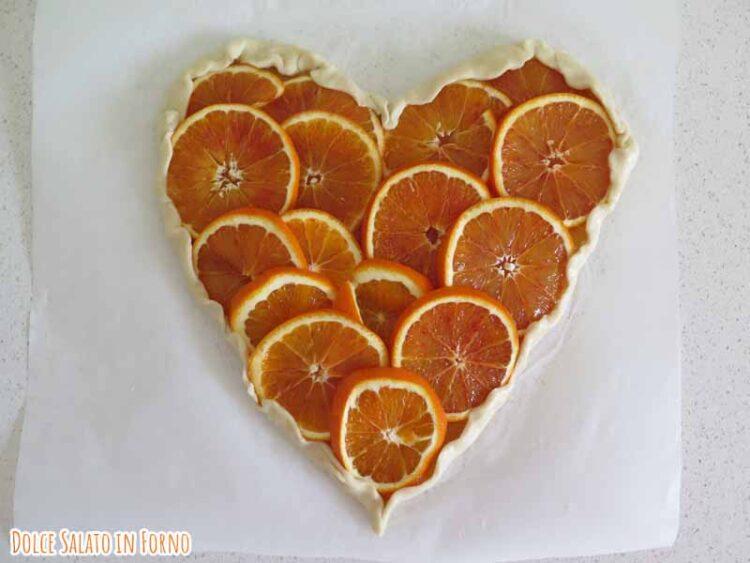 Brisé forma di cuore con fette di arancia