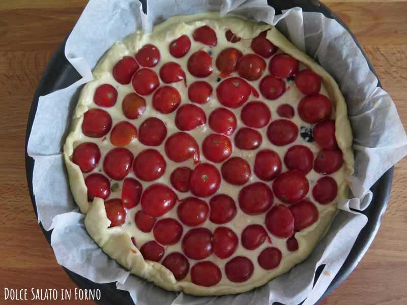 Torta salata ai pomodorini, tonno, capperi e olive