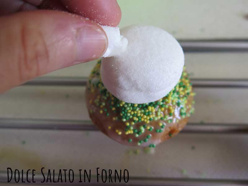 Appoggiare marshmallow su muffin