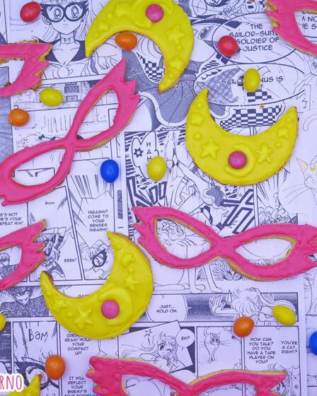Biscotti frolle all'arancia a forma di mascherine e crescent compact di Sailor V