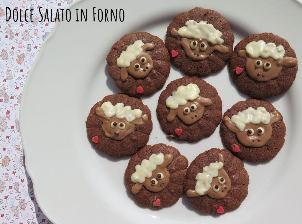 Biscotti con sparabiscotti al cacao e caffè a forma di pecorelle