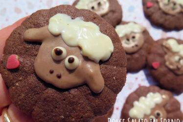 Biscotti con sparabiscotti al cacao e caffè a forma di pecorella