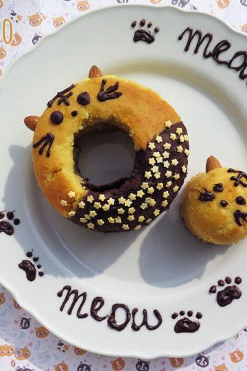 Ciambella bicolore alla panna e cioccolato a forma di gatto