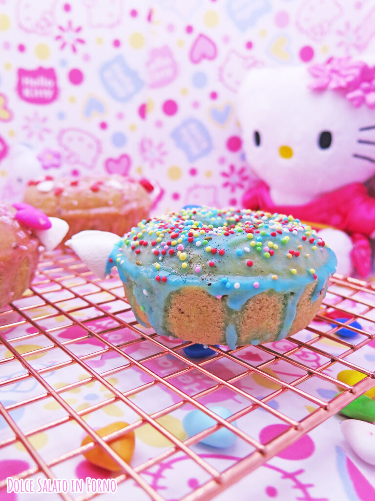Ciambellina a forma di Hello Kitty alla mela, noci e cannella