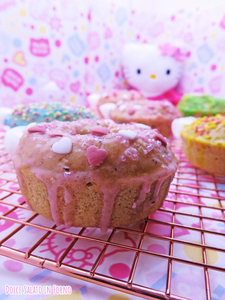 Ciambellina glassata alla mela, noci e cannella a forma di Hello Kitty