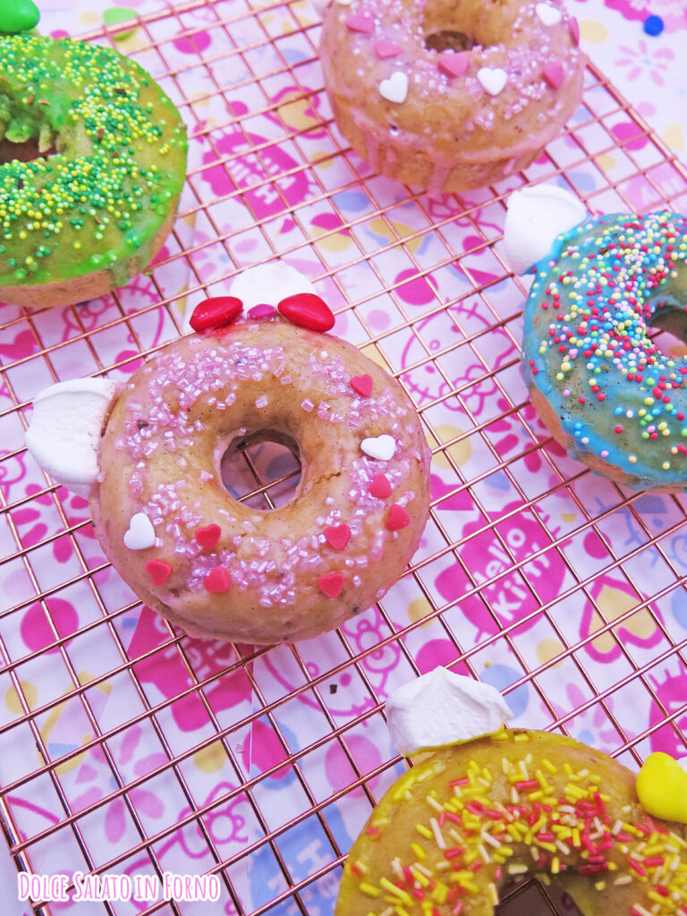 Ciambelline a forma di Hello Kitty alla mela, cannella e noci