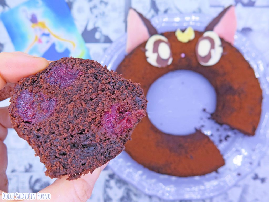 fetta di ciambella cioccolato ciliegie a forma di Luna di Sailor Moon