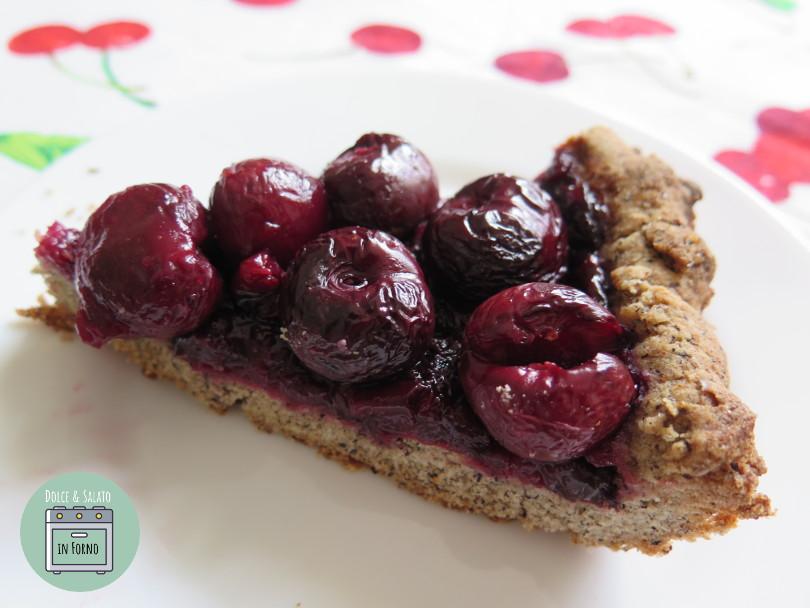 Fetta di crostata senza glutine alle ciliegie fresche e grano saraceno
