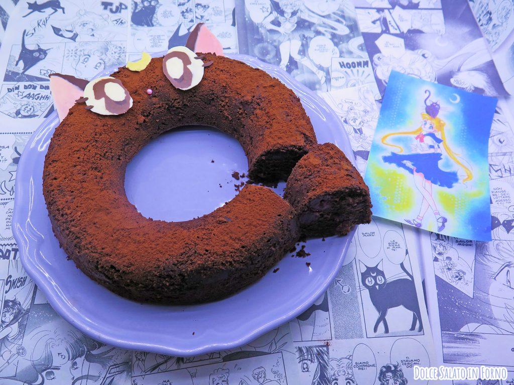 Torta al cioccolato e ciliegie a forma del gatto Luna di Sailor Moon