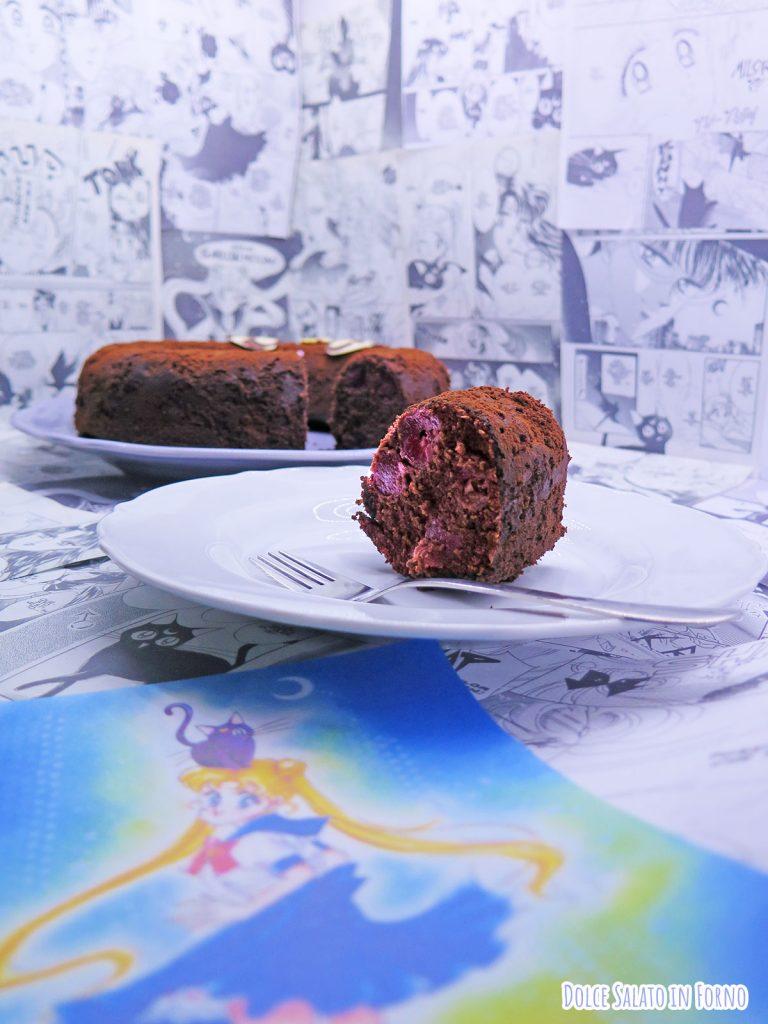 Fetta di torta al cioccolato e ciliegie a forma del gatto Luna di Sailor Moon