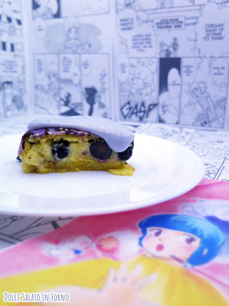 fetta torta ai mirtilli e crema pasticcera a forma de l'incantevole Creamy Mami