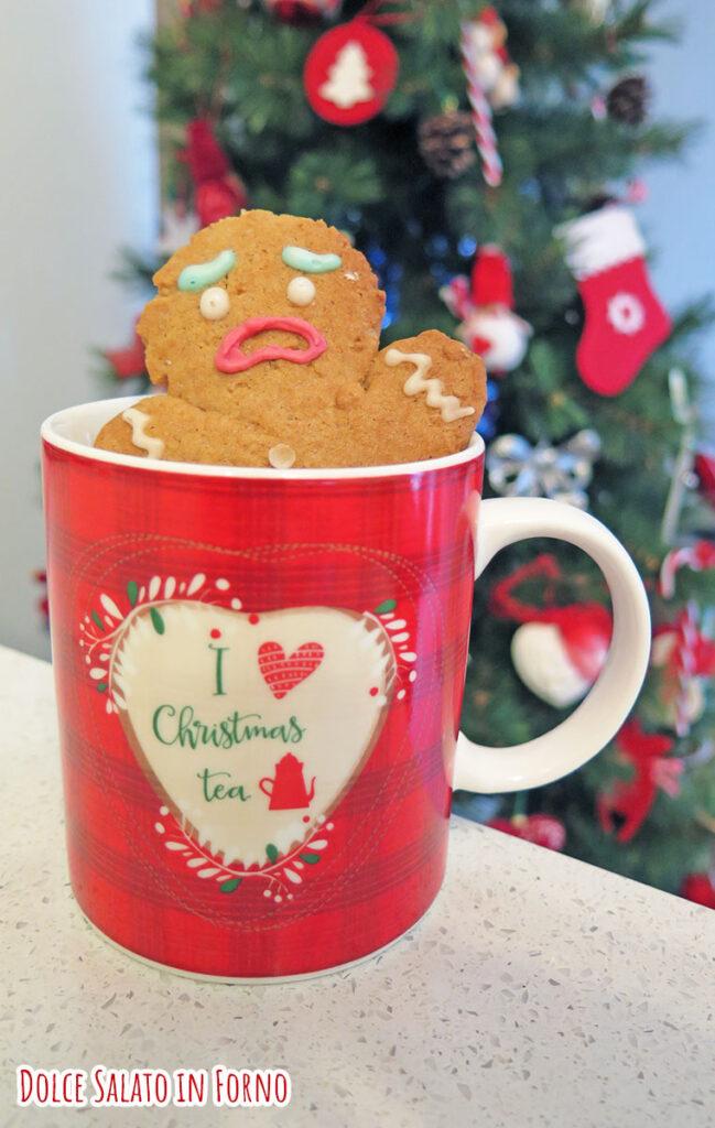 gingerbread biscotto Gingy Shrek che sta affogando in una tazza