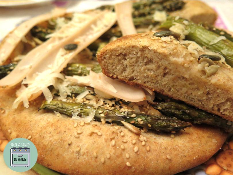Panfocaccia integrale Senatore Cappelli, asparagi, petto di pollo al forno, parmigiano e semi