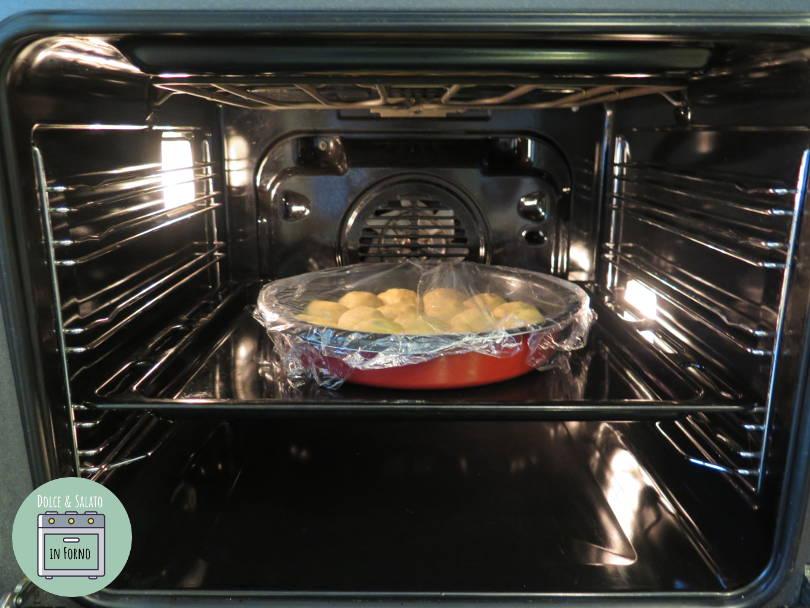 Lievitazione in tortiera del danubio dolce con ovetti di cioccolato