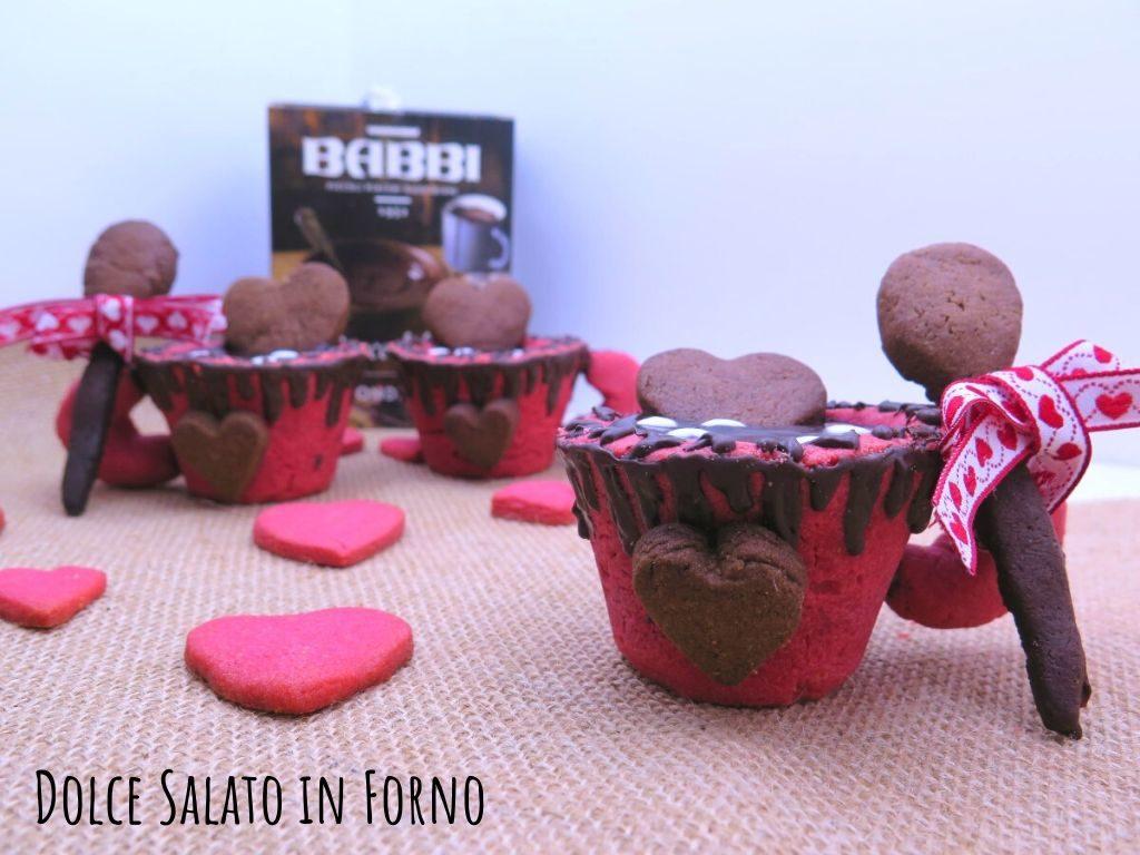 Tazzine di frolla rosse profumata alle mandorle con cioccolata in tazza