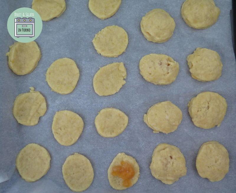 Stendere la marmellata sui biscotti