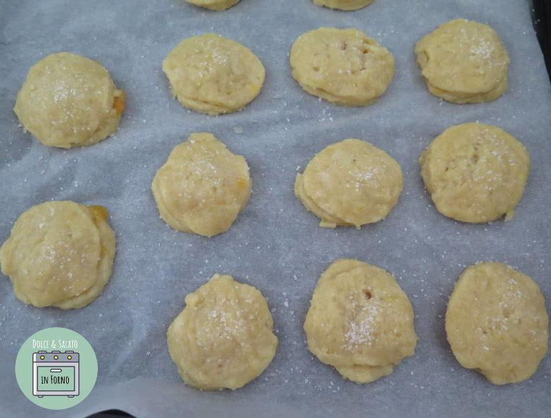 Cospargere i biscotti con lo zucchero
